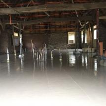 Nieuwe vloer na verbouwing boerderij Gees